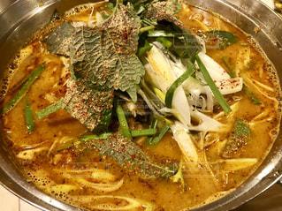 金属鍋ストーブの上のスープのボウルの写真・画像素材[1730356]