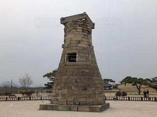 大きい石造りの時計塔のある建物の写真・画像素材[1883410]