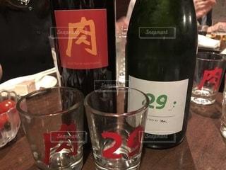 ワインとビール、テーブルの上のガラスのボトルの写真・画像素材[1883428]