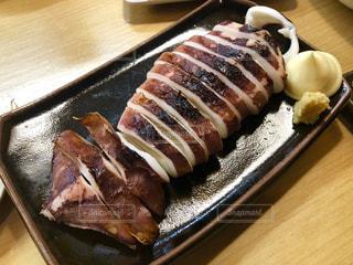 木製のテーブルの上の食べ物のトレーの写真・画像素材[2112793]