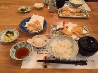 天ぷら屋さんの定食の写真・画像素材[1366120]
