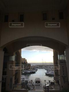 マルタの街中から見えた海の写真・画像素材[1366311]