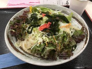 板の上に食べ物のボウルの写真・画像素材[1357107]