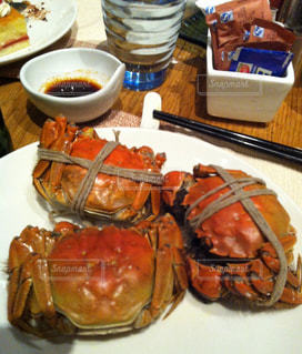 テーブルの上の上海蟹の写真・画像素材[1760268]