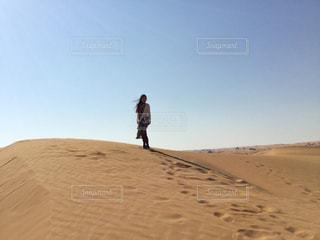 砂漠に立つの写真・画像素材[1355703]