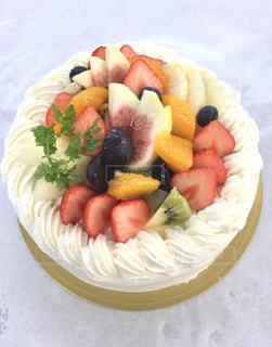フルーツをのせたデコレーションケーキ!の写真・画像素材[1365980]