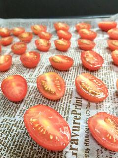 テーブルの上に食べ物ドライトマトを作る。の写真・画像素材[1392238]