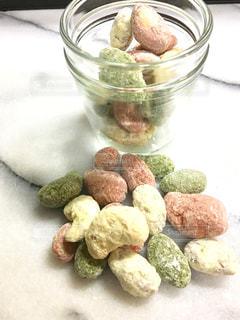 グラスにミックスナッツを使った三色のチョコレート。の写真・画像素材[1394467]