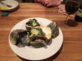 焼き牡蠣と赤ワインの写真・画像素材[1349454]