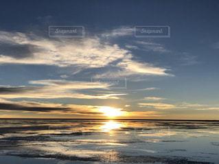 ウユニ塩湖に沈む夕日の写真・画像素材[1352205]