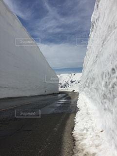 雪に覆われた山、北アルプスの写真・画像素材[2138452]