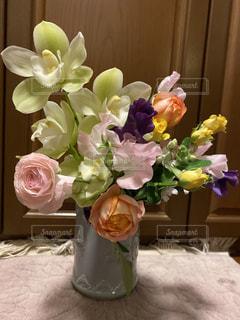 テーブルの上の花瓶に花束の写真・画像素材[3066114]