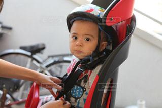 自転車の後部座席に乗る男の子の写真・画像素材[1376886]