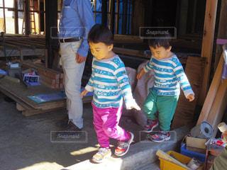 バランスを取って遊ぶ双子の男の子の写真・画像素材[1376965]