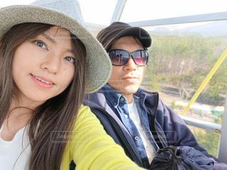 帽子とサングラスをかけている人の写真・画像素材[2442707]