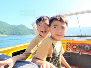 河口湖でボートを楽しむ双子の男の子の写真・画像素材[3102305]