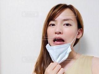 マスクをはずす女性の写真・画像素材[3379137]