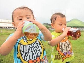 お茶を飲む双子の男の子の写真・画像素材[3524894]