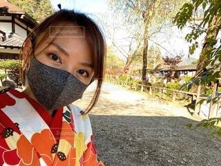 着物姿でマスクをする女性の写真・画像素材[3842239]