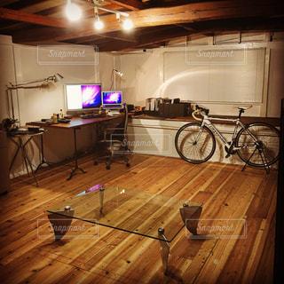 部屋に木製のキャビネットを備えたキッチンの写真・画像素材[1359744]