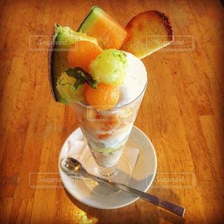 食品とオレンジ ジュースのガラスのプレートの写真・画像素材[1413092]