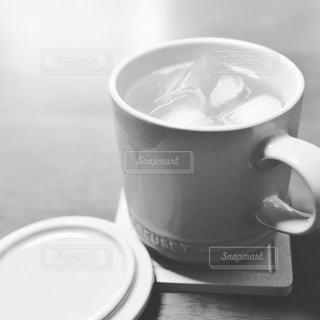 テーブルの上のル・クルーゼのカップの写真・画像素材[1354978]