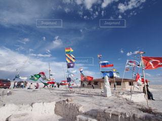 浜辺で凧の飛行の人々 のグループの写真・画像素材[1360843]