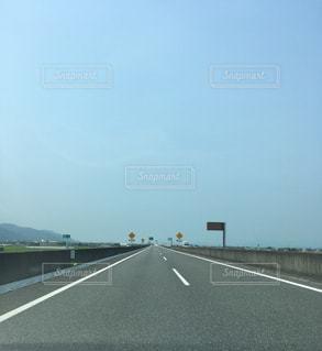 道の端にサインの写真・画像素材[1361352]