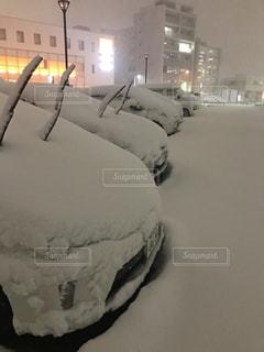 雪で埋もれた車の写真・画像素材[1351519]