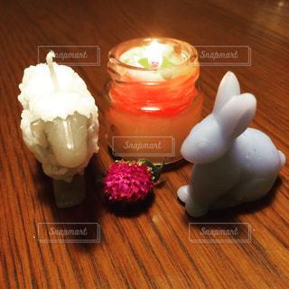 テーブルの上の手作りキャンドルの灯りの写真・画像素材[1365738]