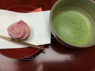 バラの形の和菓子とお抹茶の写真・画像素材[1409714]