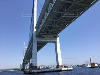 水の体の上の橋の写真・画像素材[1353539]