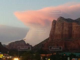 レッドロックに迫る、巨大な雲の写真・画像素材[1354370]