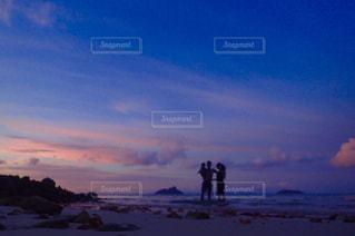 雪の中に立っている人々 のカップルの写真・画像素材[1353448]