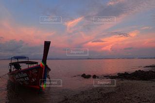 水の体に沈む夕日の写真・画像素材[1353449]