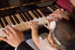 ピアノを弾くおばあちゃんと孫の手の写真・画像素材[1353529]