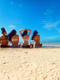 ビーチに座っている人々 のグループの写真・画像素材[1353557]