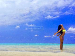 ビーチに立っている人の写真・画像素材[1353571]
