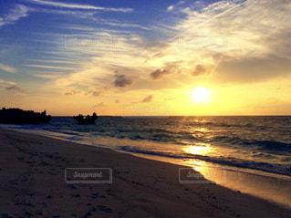 ビーチに沈む夕日の写真・画像素材[1353572]