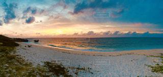 夕暮れ時のビーチの写真・画像素材[1353584]
