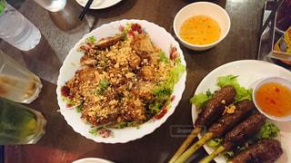 テーブルの上に食べ物のプレートの写真・画像素材[1353305]