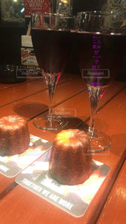 近くにテーブルの上のワイングラスのアップの写真・画像素材[1353949]