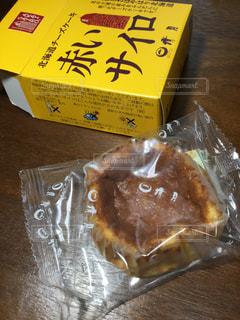 木製テーブルの上のチーズケーキの写真・画像素材[1354316]