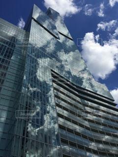 ビルに映る青空の写真・画像素材[1368654]