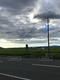 曇り空の道の写真・画像素材[1371093]