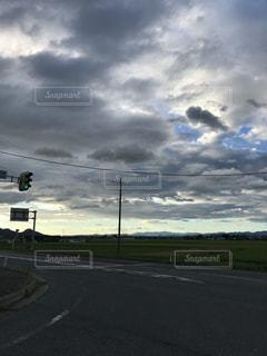 曇りの日のトラフィック ライトの写真・画像素材[1371095]