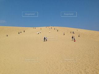 砂丘を歩くの写真・画像素材[1372226]