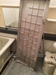 浴槽のエプロンを掃除の写真・画像素材[1688966]