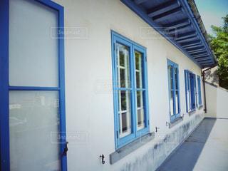 青い窓枠の写真・画像素材[2232116]