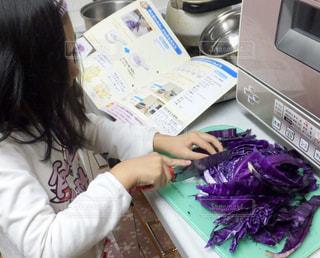 紫キャベツで実験の写真・画像素材[2300111]
